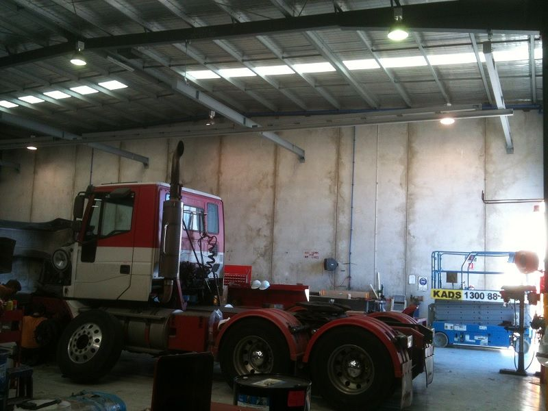 Height safety rail for maintaining trucks and rigs