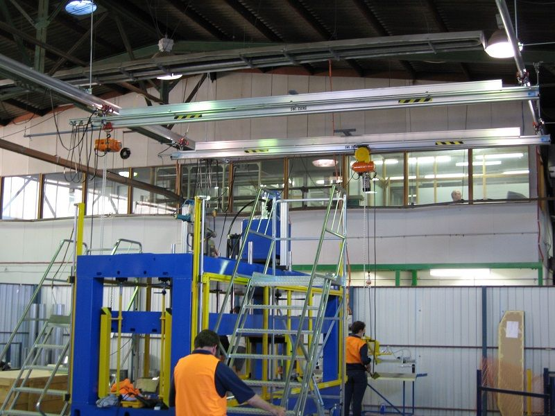 Overhead gantry crane to lift foam panels